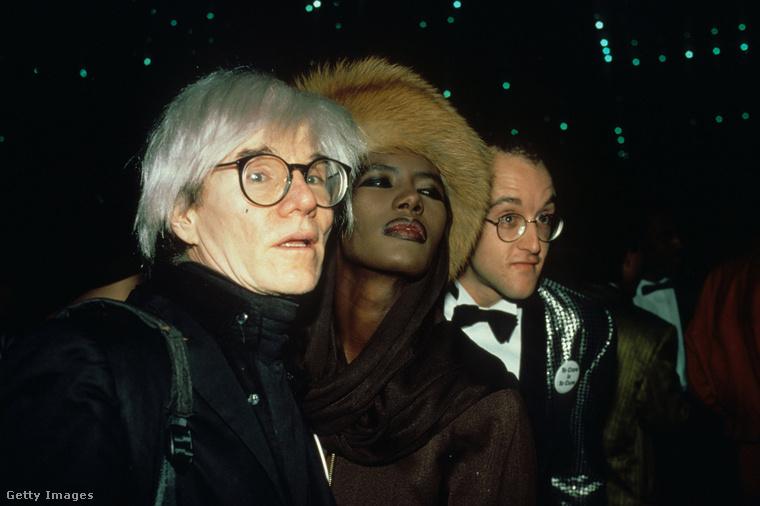 A '80-as évek művészvilága hamarosan a keblére is ölelte, ezen a képen Andy Warhollal és Grace Jonesszal látható