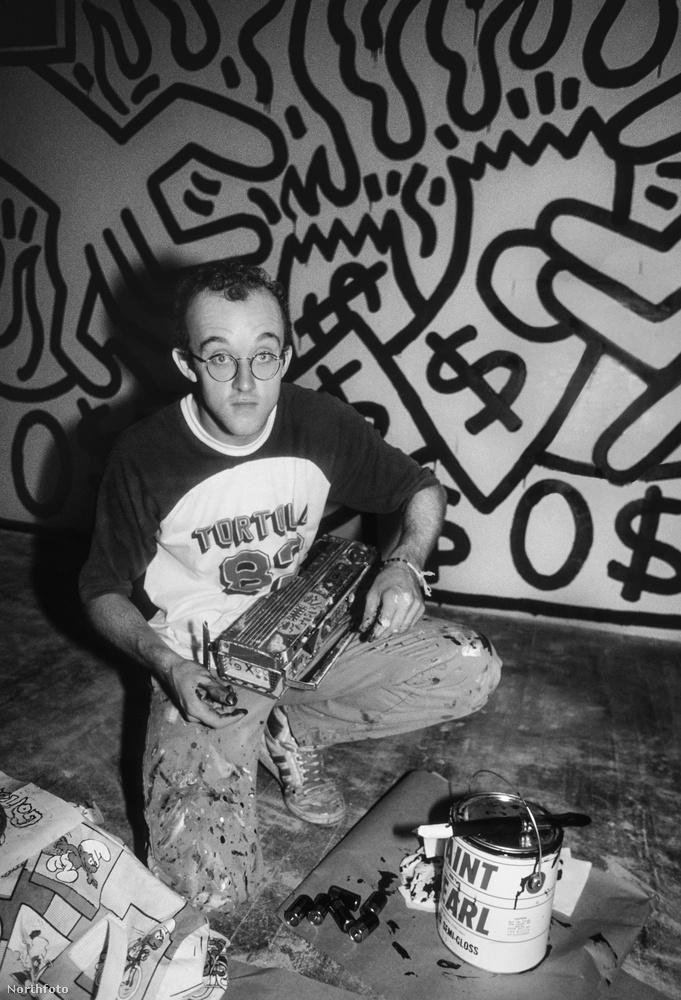 Keith Haring ikonikussá vált figuráival töltötte meg New York üres falfelületeit, de mivel ő nem egy arctalan és ötlettelen taggelő volt, hanem egy személyiséggel és üzenettel rendelkező művész, viszonylag hamar mindenki kénytelen volt elismerni, hogy sok firkáló kollégájával szemben ő nem rombol, hanem épít.