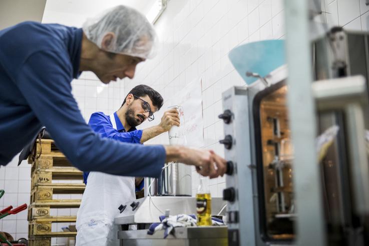 A lekvárfőzésen egy Afganisztánból menekült fiú, Hamza is felbukkant, ő is rendszeresen jár ezekre a főzős alkalmakra.