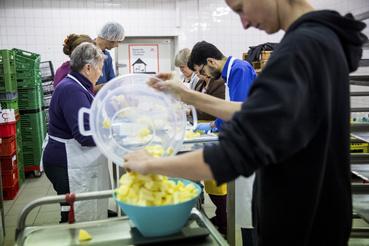 A piacon kialakított konyhájukban majdnem minden délután együtt főznek a helyi nyugdíjasokkal, és a csatlakozni kívánó menekültekkel. A megmaradt gyümölcsökből lekvárt készítenek, amit az egyesület értékesít, vagy akár segélyben kioszt.