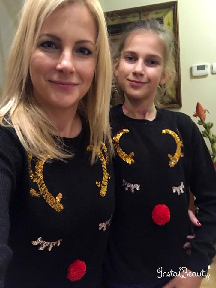 A csúnya karácsonyi pulcsik az ünnepek közeledtével ma már keresett divatcikknek számítanak, de Várkonyi Andi és lánya pulóvere inkább a cuki kategóriába tartozik.