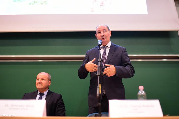 Torma András az egyetem rektora, mellett Simicskó István honvédelmi miniszter