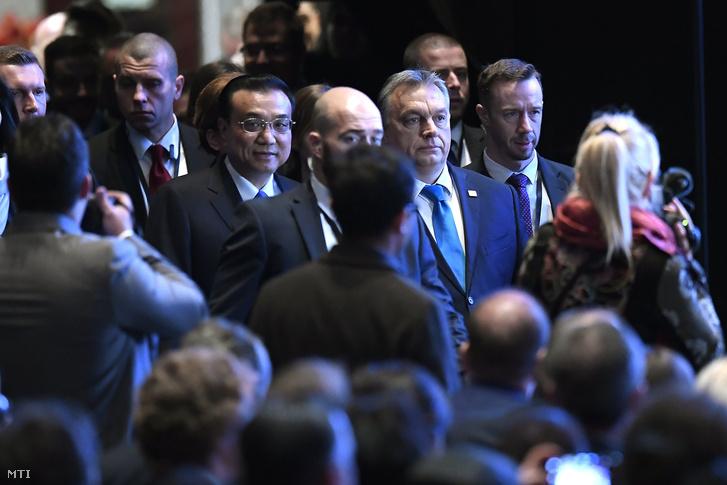 Li Ko-csiang Kína miniszterelnöke és Orbán Viktor miniszterelnök (középen b-j) érkezik a Kína-Kelet-Közép-Európa (KKE) csúcstalálkozó gazdasági és kereskedelmi fórumának megnyitójára 2017. november 27-én