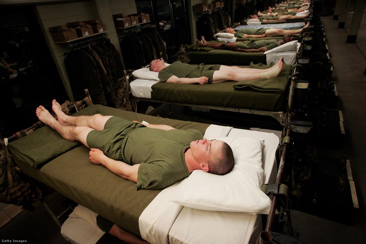Az újoncok a nap végén úgynevezett figyelő pozícióban várják az ágyon, hogy lekapcsolják a villanyt, ami az aznapi kiképzés hivatalos befejezését jelzi. Az amerikai zsargonban a drill instructor olyan őrmestert, vagy kiképző tisztet jelent, aki betöri az újoncokat. A kiképző őrmestereket nagy tisztelet övezi, senki sem mer ellentmondani nekik. A New York Times szerint viszont el tudnak mosódni a határok a kemény kiképzés és a visszaélések között. Az elmúlt öt évben is több száz zaklatásos vádat kellett kivizsgálni.