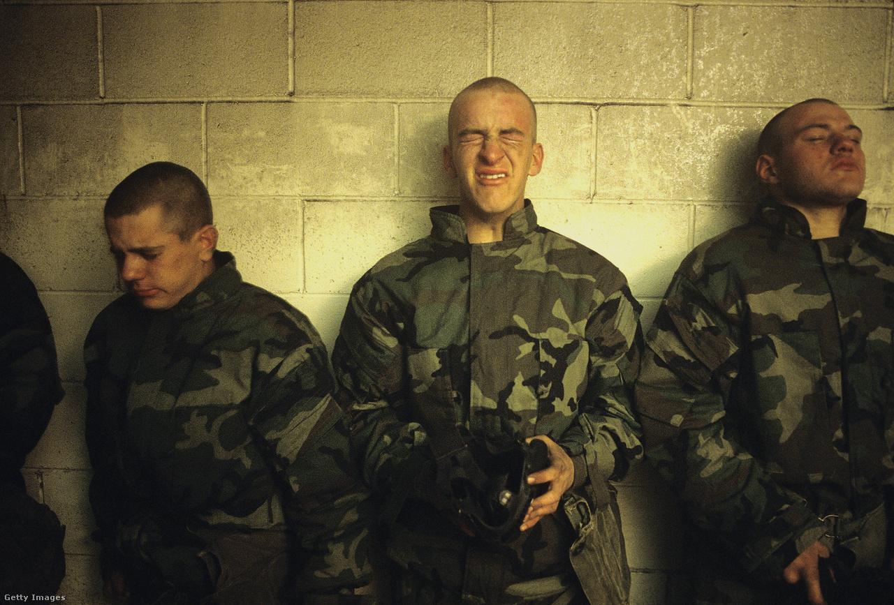 A leendő tengerészgyalogosok egy zárt szobában éppen a könnygázt próbálják átvészelni. Le kell venniük a sisakjukat. Felixről a szemtanúk elmondták, hogy alapból terroristának szólította a muszlim vallású újoncokat. Egy katonát éjjel felkeltettek, és a zuhany alatt kellett fekvőtámaszokat nyomnia, miközben arcon könyökölték, aztán vizesen berakták az ipari szárítógépbe.
