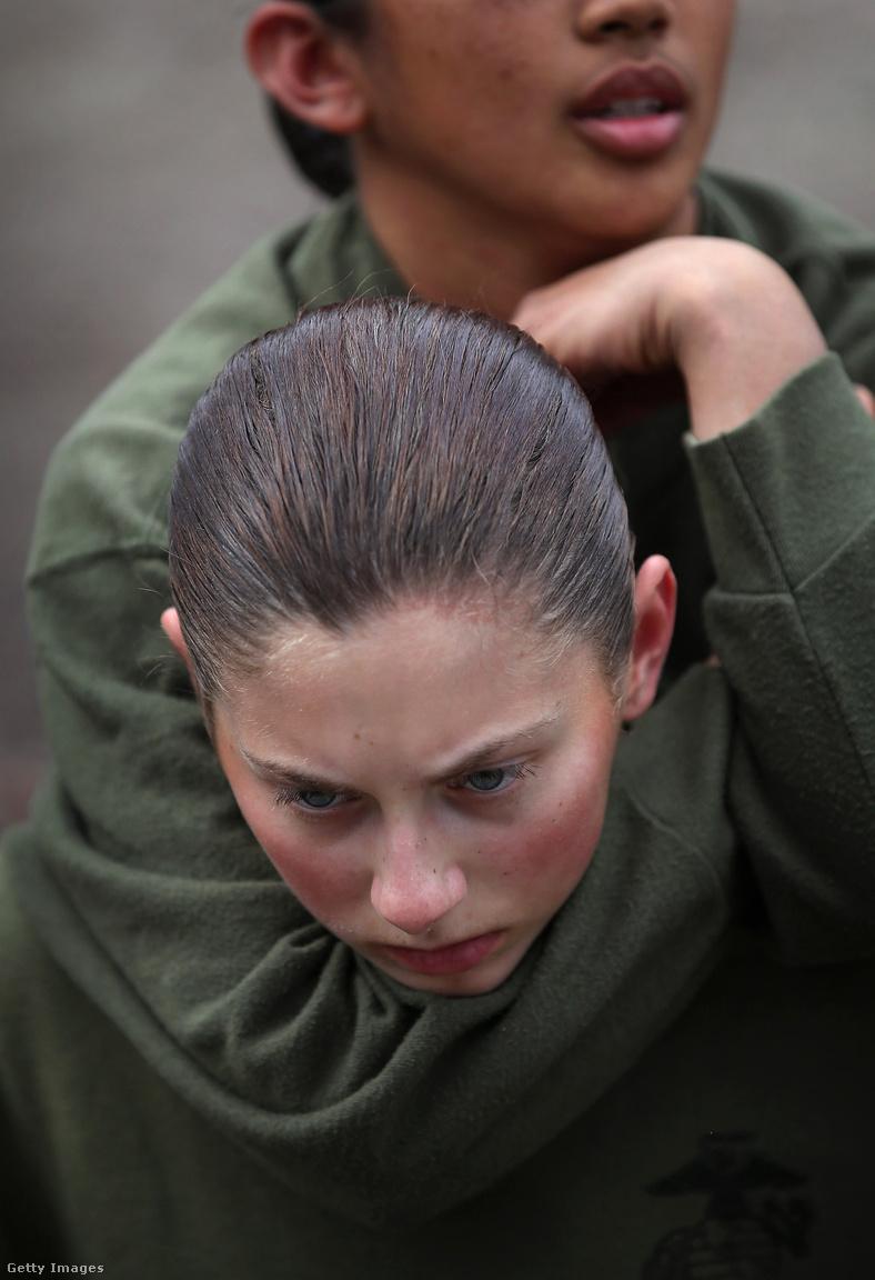 Pusztakezes harcot gyakorolnak a női újoncok. Már 1949 óta képeznek ki nőket Parris Islanden. Kate Germano alezredes 2014 júniusában érkezett Parris Islandre, hogy átvegye a női újoncokat kiképző zászlóalj vezetését. Azt mondta, hogy két női kiképző is hadbíróság elég került, mert még másik kiképzőtiszteket is rendszeresen zaklattak. Germano teljesen ledöbbent, szerinte konkrétan a hírhedt iraki abu-grébi börtönnel lehetett párhuzamokat vonni. Az alezredesnek viszont végül távoznia kellett, miután beosztottjai panaszt tettek ellene.