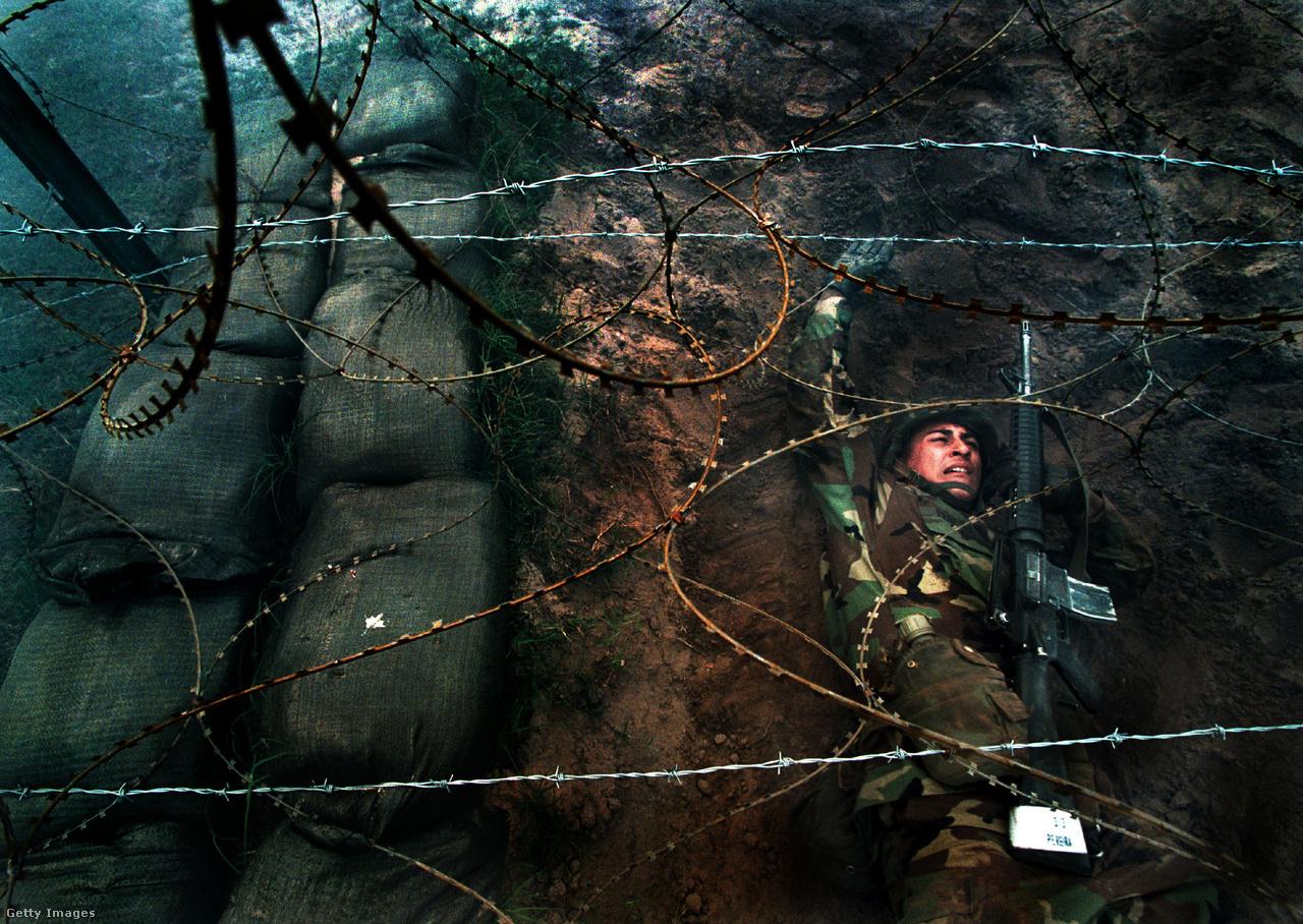 Szögesdrótos feladat A Tűzpróba alatt. A 6,4 kilométer hosszú, és 4,8 kilométer széles Parris Islanden minden nap 3700 férfi és 600 női jelentkezőt képeznek ki. A kiképző őrmester ügye után indult új vizsgálatban megállapították, hogy a kiképzők szélsőségesen durva beavatási eljárásokat szerveztek az újoncoknak, ami a muszlim vallású katonák esetében azt jelentette, hogy kínzásokat követtek el velük szemben. A mostani botrányban összesen hat kiképző őrmestert állítottak hadbíróság elé, és március 12-re idézték be azt az alezredest, aki a vádak szerint nem tiltotta el Felixet, aki az ellene folyó vizsgálatok miatt nem is felügyelhette volna Siddiqui szakaszát.