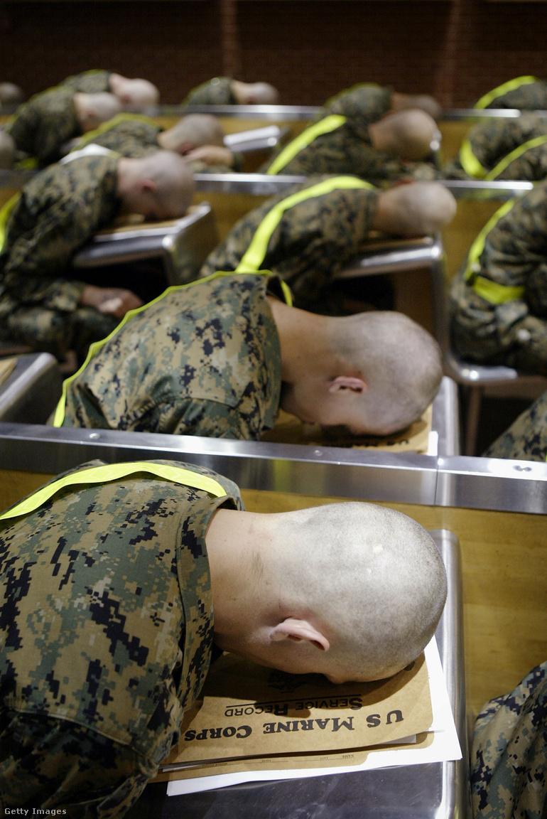 Az újoncok a fejüket az asztalukra hajtva várnak a sorozás következő szakaszára kora hajnalban. Charles Krulak tábornok 1995-ben vette át a tengerészgyalogság vezetését, és elhatározta, hogy meg kell változnia a fizikai bántalmazásra is épülő kiképzésnek. Azt vallotta, hogy a kiképzésben is meg kell jelenniük a tengerészgyalogosoknak nagyon fontos értékeknek, mint a tisztelet, a bátorság, vagy az elköteleződés. Néhány évig sikerült nagyrészt kiszűrnie a visszaéléseket, de 1999-ben nyugdíjba ment. Aztán pedig jöttek Amerika új háborúi, Afganisztán és Irak, és az új helyzetben több kiképző visszanyúlhatott a régi módszerekhez.
