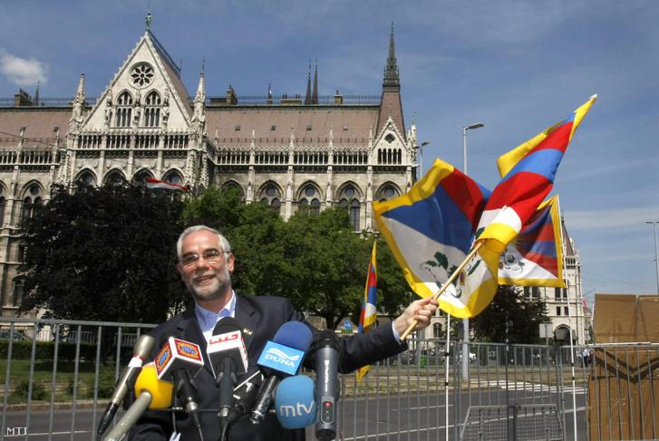 2008. május 8. Balog Zoltán az Országgyûlés emberi jogi bizottságának fideszes elnöke a tibeti zászlót lengeti a Tibetet Segítõ Társaság és az Amnesty International által rendezett sajtótájékoztatón a Parlament elõtt. A társaság demonstrációt tart a Kínai Népköztársaság Népi Politikai Tanácskozó Testülete Országos Állandó Bizottsága elnökének látogatása idején a Kossuth téren.