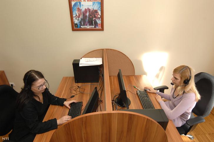 2009. november 25. Telefonos segítő munkatársak dolgoznak az első Dohányzásról Leszokást Támogató Központban a főváros II. kerületében.