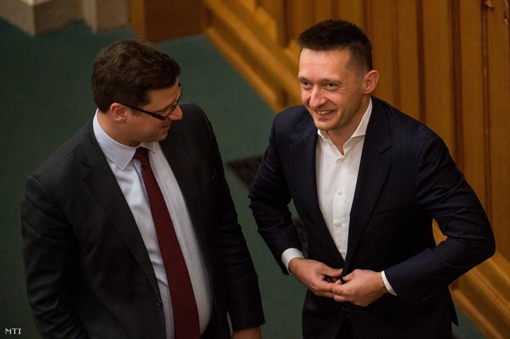 Gulyás Gergely, a Fidesz frakcióvezetője (b) és Rogán Antal, a Miniszterelnöki Kabinetirodát vezető miniszter az Országgyűlés plenáris ülésén 2017. november 27-én.