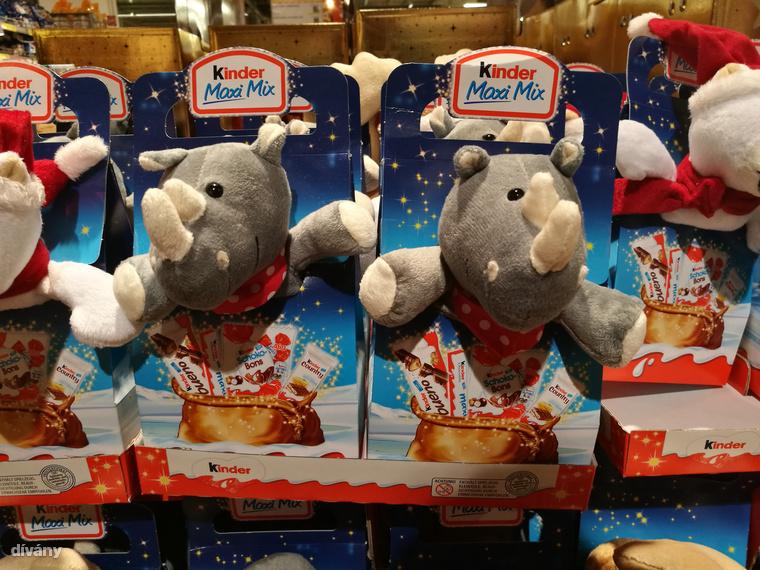 Az orrszarvúk sem bírják az Északi sarkkör klímáját, de ők sem akartak kimaradni a jól tejelő  karácsonyi haknikból, ezért íme a teljes képzavar: karácsonyi orrszarvú, ami tojást ad