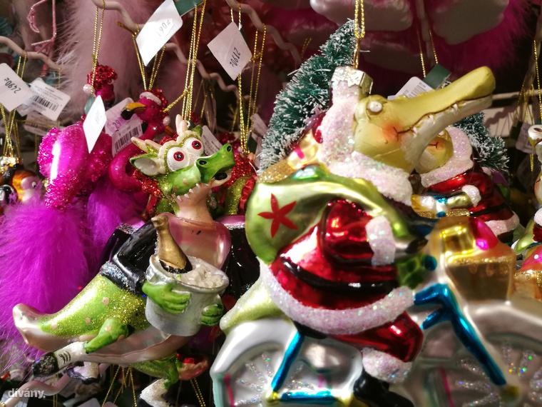 A Butlersben idén is csodálatos díszeket lehet vásárolni, így a karácsonyi krokodil mellett  meg lehet venni az alkoholtól révedve messzibe néző sárkányt is, ami nem tud elszakadni a piásüvegtől