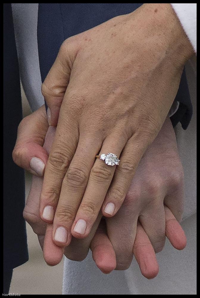 A fotósok kérésére a jegygyűrűt is megmutatták