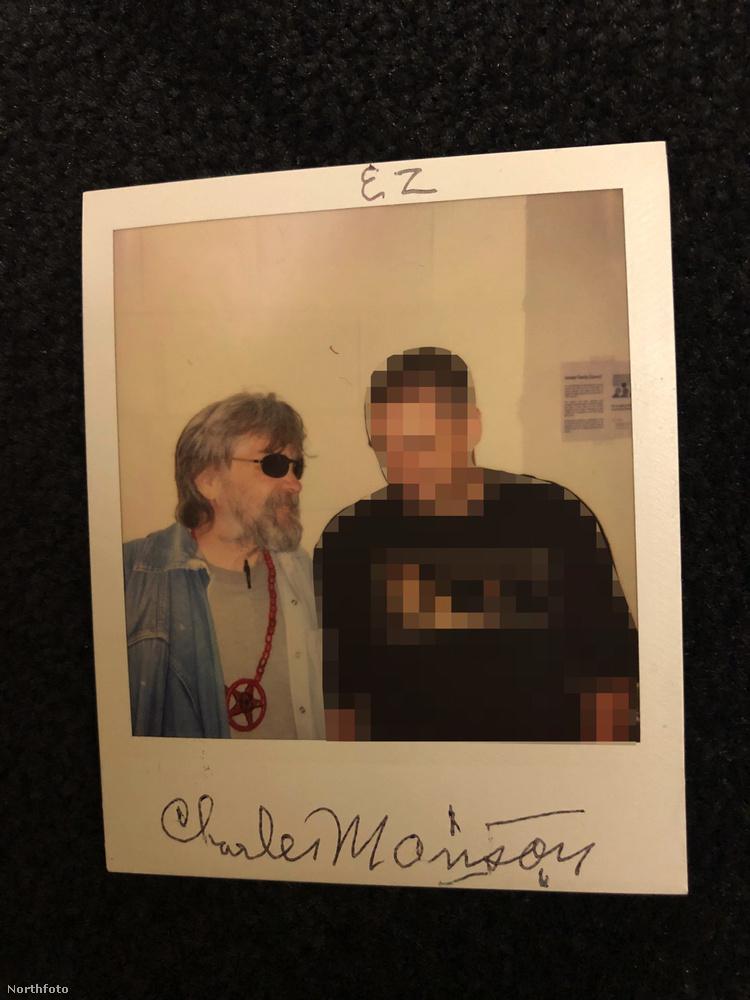 Íme egy fotó, amin Manson viseli is a nyakláncot
