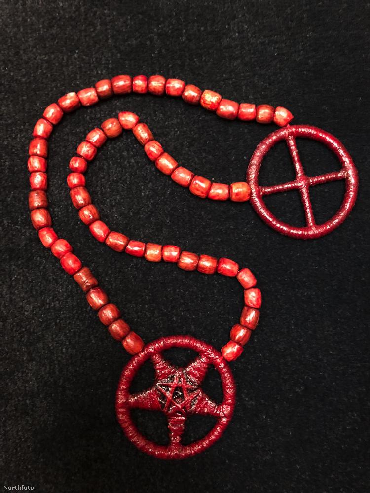 Egy ilyen nyakláncot is beszereztek Charles Manson hagyatékából.