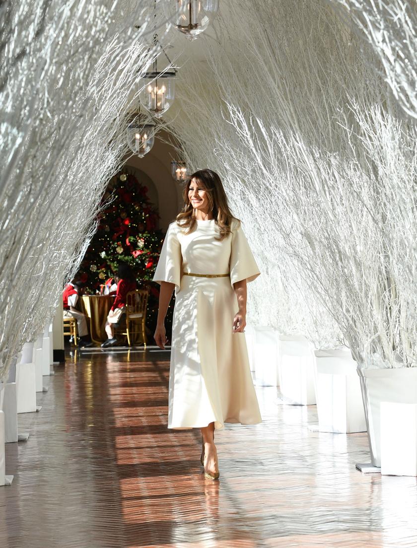 A first lady tényleg úgy festett, akár egy angyal a havas dekoráció mellett - nem csoda, hogy a gyerekek ámulva figyelték.