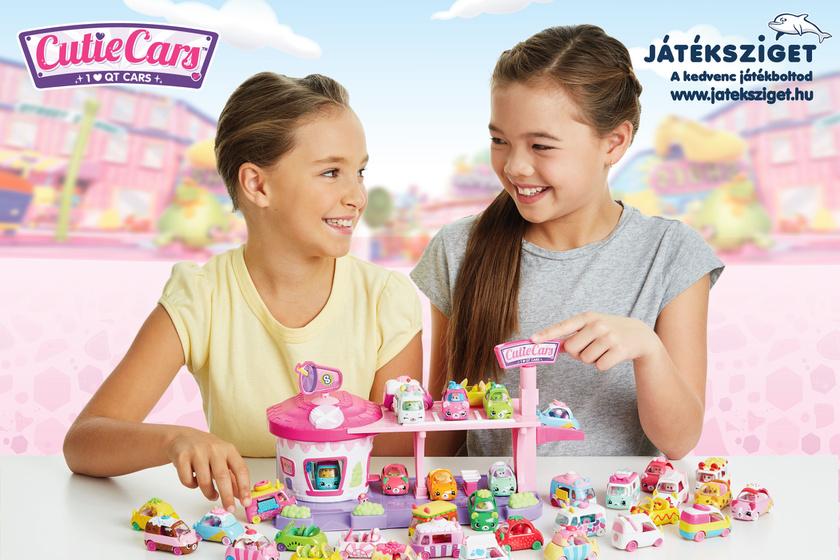 Lányok játszanak a Cutie Cars játékkal