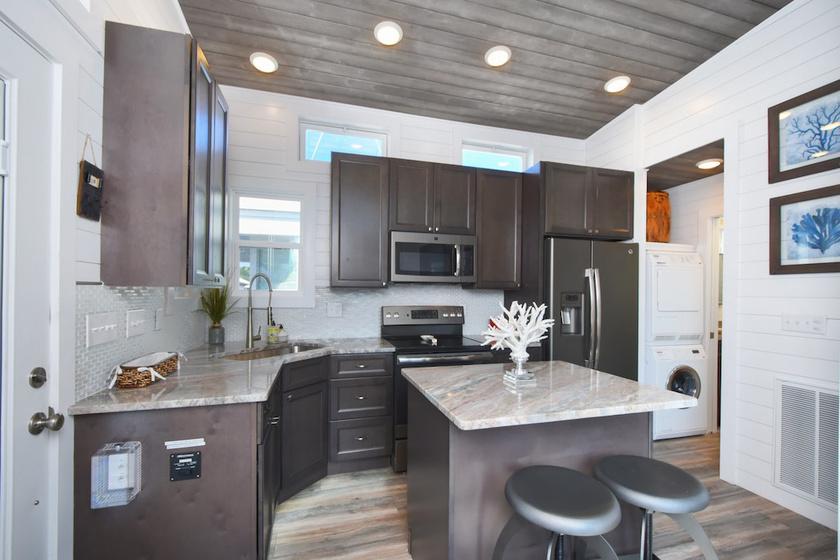 A konyhában konyhaszigetes pult és minden háztartási gép megtalálható. Van tűzhely, mikrosütő, hűtőszekrény, mosogató-, mosó- és szárítógép is.