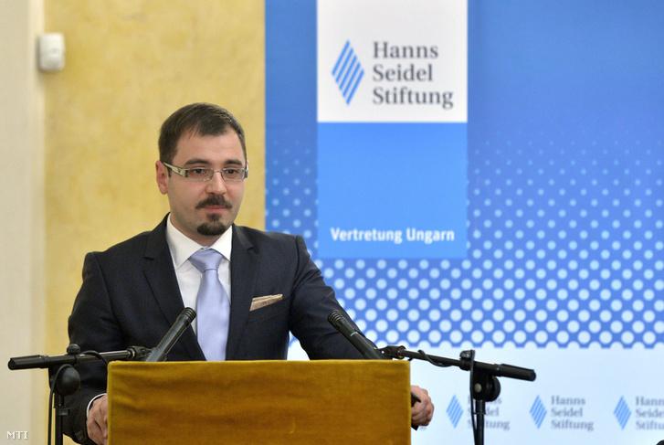 Szánthó Miklós az Alapjogokért Központ vezető elemzője tart előadást az emberi jogok világnapja alkalmából a Polgári Magyarországért Alapítvány és a Hanns-Seidel Alapítvány által rendezett konferencián