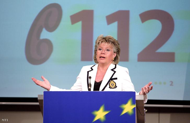 Viviane REDING a távközlésért felelős uniós biztos brüsszeli sajtóértekezletén bemutatja az egységes európai 112-es segélyhívó számot 2008 június 3-án