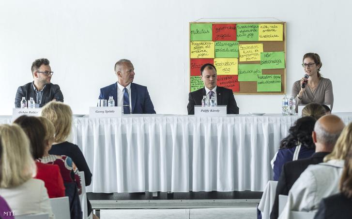 Sántha Hanga, a Migrációkutató Intézet vezetõ kutatója beszél a Fiatal Családosok Klubjának (Ficsak) a Migránshelyzet női szemmel című konferenciáján az A38 hajón Budapesten 2016. szeptember 20-án. Az asztalnál ülnek balról jobbra: Orbán Balázs, a Migrációkutató Intézet főigazgatója, Georg Spöttle biztonságpolitikai szakértő, Pálffy Károly (Fidesz-KDNP) Bicske polgármestere.