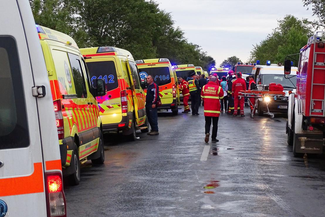 Mentő- és tűzoltó autók egy közúti baleset helyszínén 2017. október 6-án