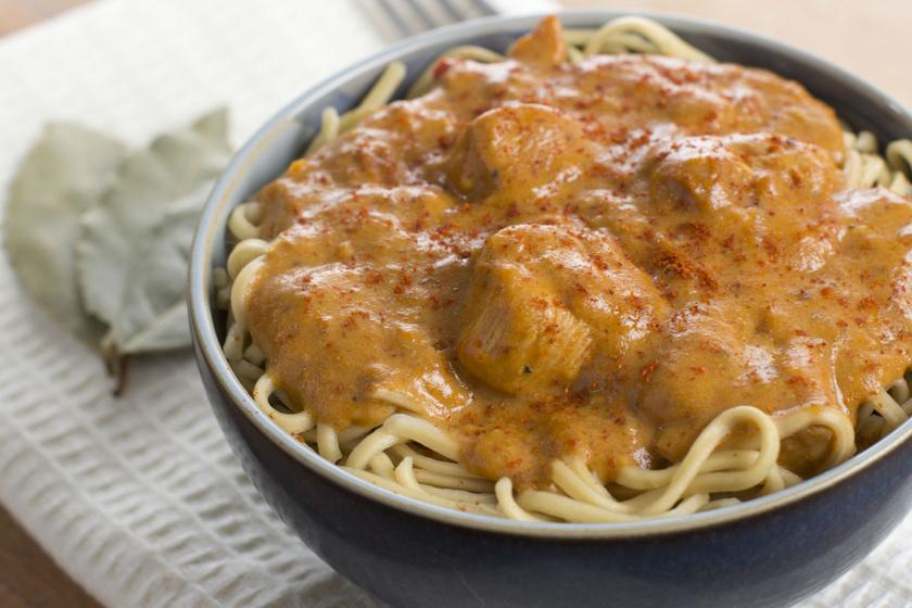A csirkepaprikásban minden benne van, ami a magyar konyhára jellemző. Sok hagymával, jó szaftosan az igazi. Készítheted combból, szárnyból, mellből, de még jobb, ha mindenből raksz bele.
