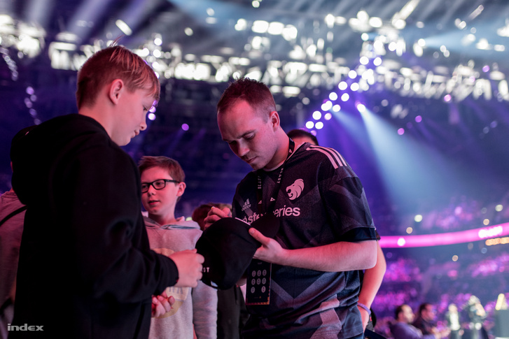 """Matthias """"MSL"""" Laurissen dedikál a koppenhágai Royal Arena nézőterén"""