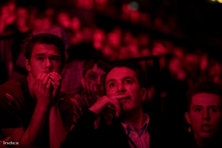Dán szurkolók figyelik az Astralis - SK mérkőzést a koppenhágai Royal Arenában