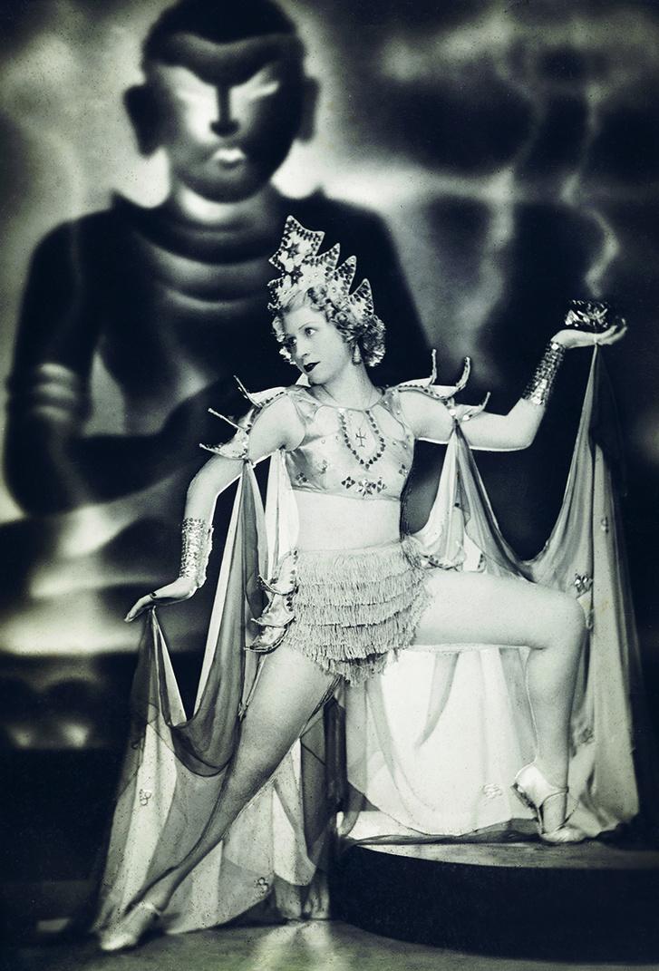 Dessewffy Flóra fényképe, a háttérben Buddha-ábrázolással.                          Rangoon, 1938. Hopp Ferenc Ázsiai Művészeti Múzeum, Budapest