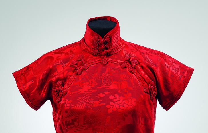 Anyagában mintás piros női estélyi ruha (qipao).                          Kína, 1930-as évek. Selyemszövet.                          Hopp Ferenc Ázsiai Művészeti Múzeum, Budapest