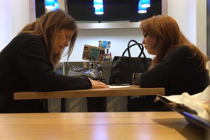 Jaime Phillips (jobbra) interjút ad Stephanie McCrummennek, a Washington Post riporterének