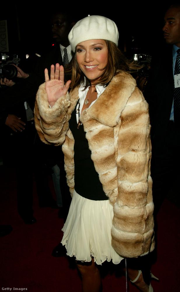 Jennifer Lopez is bundával kombinálta a sapkát 2002-ben.