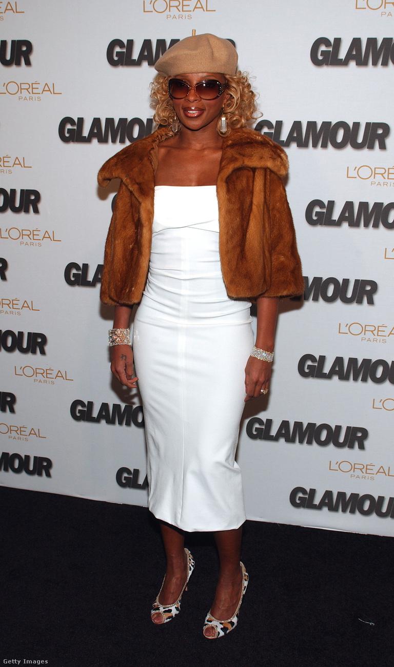 Bunda és fehér ruha Mary J- Blige-on a 2005-ös Glamour-díjátadón New Yorkban.