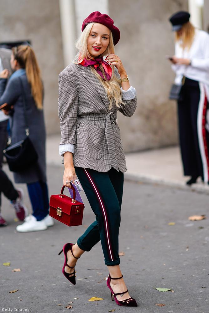 Oldalt csíkos nadrág, blézer és barett sapka Párizsban.