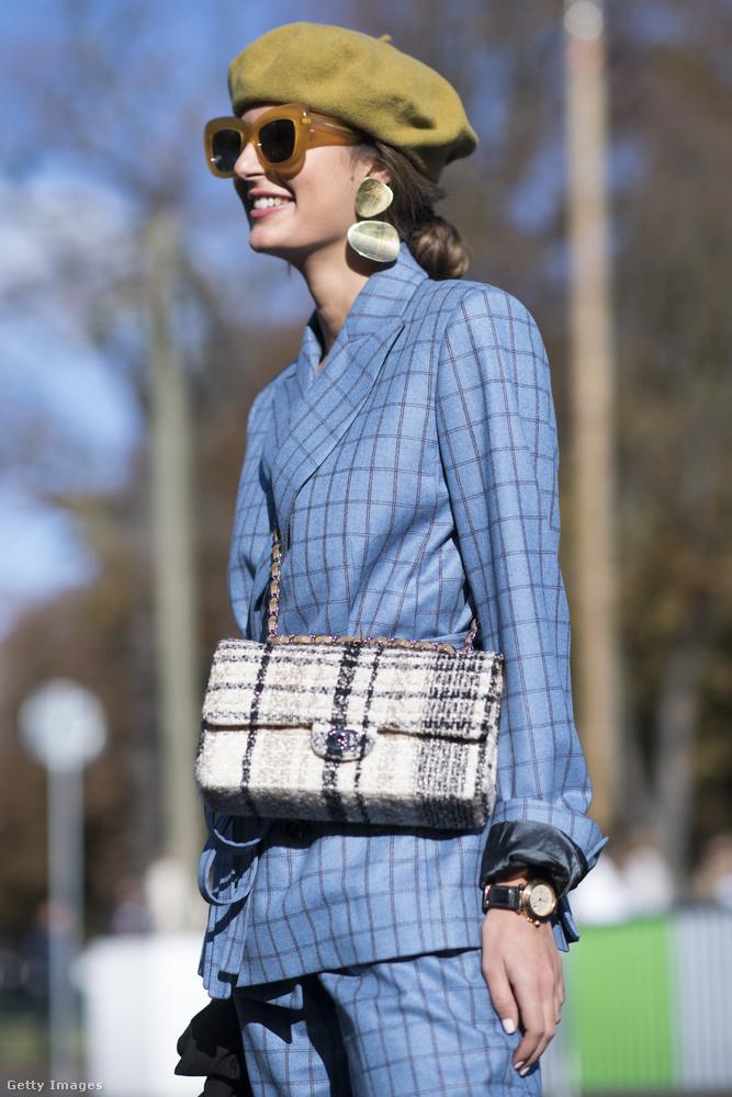 A Dior tervezője a híres kalapossal, Stephen Jonesal készítette el bőrsapkáját, ami azonnal a szezon kulcsfontosságú alapdarabjává vált