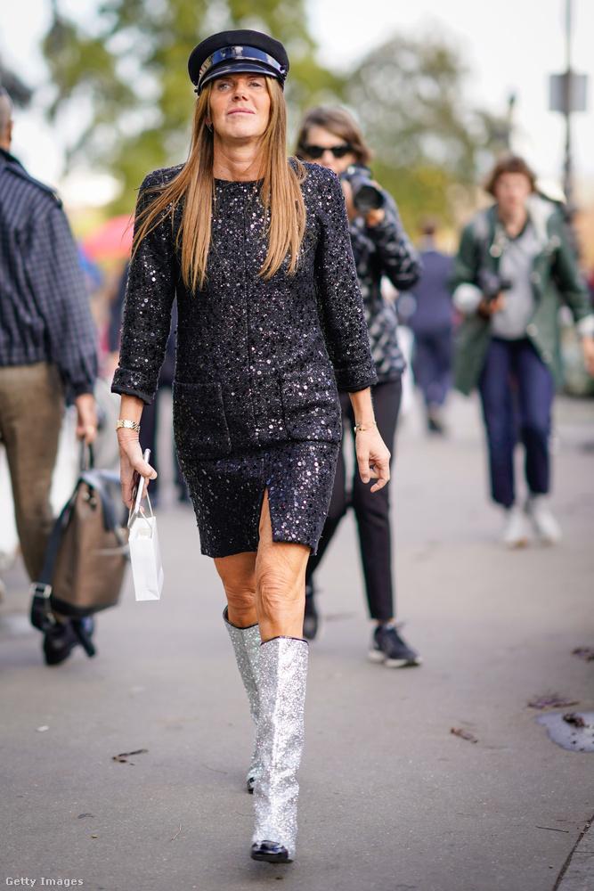Anna Dello Russo a szezon másik nagy slágerével, az ezüst csizmával kombinálta a barettet.