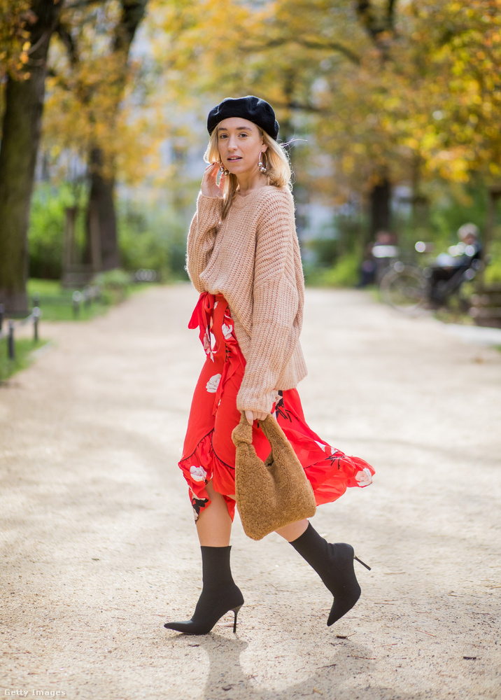 A berlini blogger, Sonia Lyson a Zarában vette barett sapkáját, és a zoknicsizmát is.