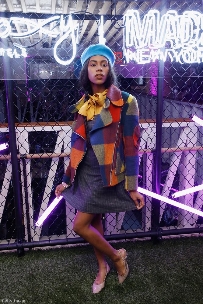 Kockás kabát és kék barett sapka  DJ Jillian-en New Yorkban.