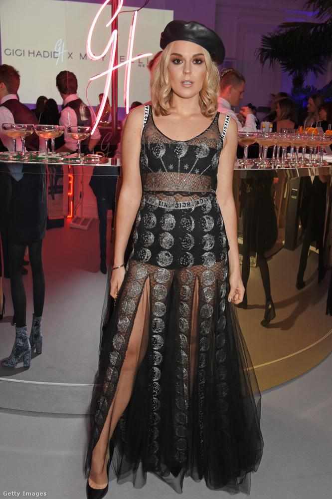A 19 éves brit énekesnő, Tallia Storm Londonban viselt valami hasonlót