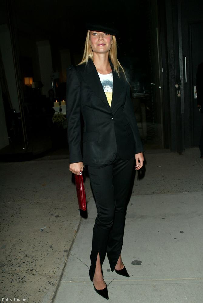 Gwyneth Paltrow fekete nadrágkosztümben és barettben egy 2002-es butikmegnyitón.