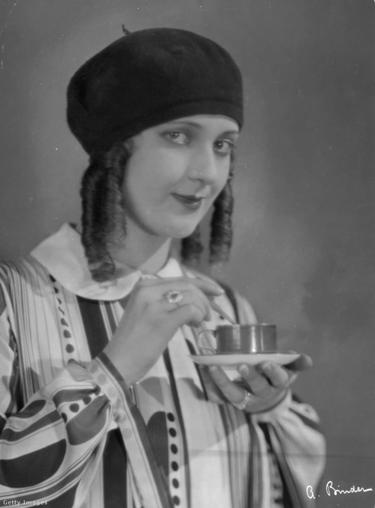 Homlokba húzott barett 1926-ból.