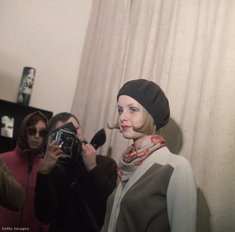 A 60-as évek legismertebb modellje, Twiggy kardigánban és barett sapkában 1967-ben.