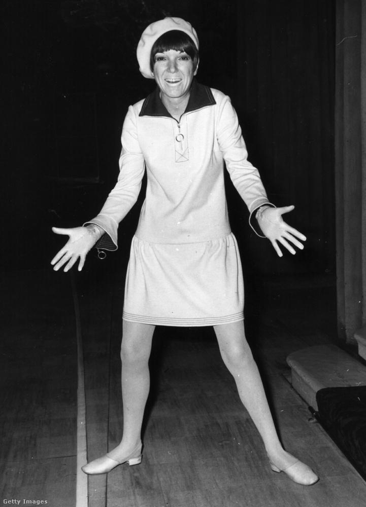 Mary Quant 1966-ban a Buckingham Palota előtt