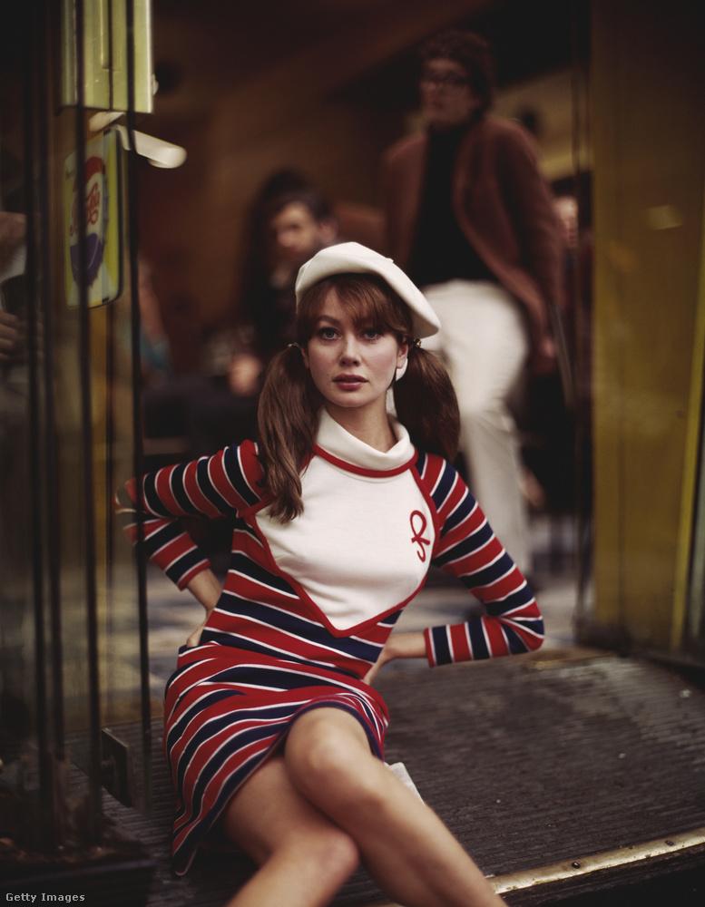 Csíkos ruhával kombinálták a 60-as évek végén.