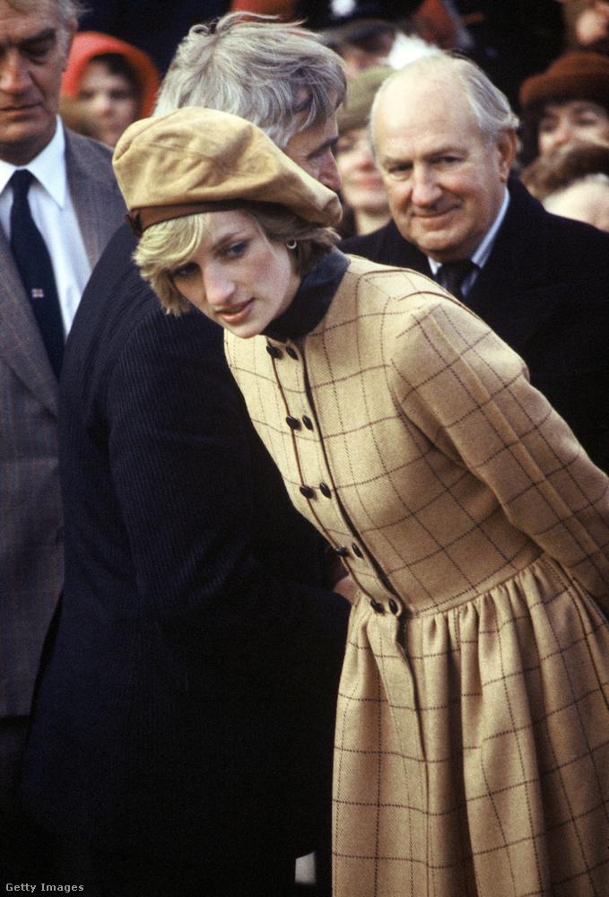 Diana hercegnő Arabella Pollen féle kabátruhában és John Boyd hasított bőr barett sapkában 1982 novemberében.