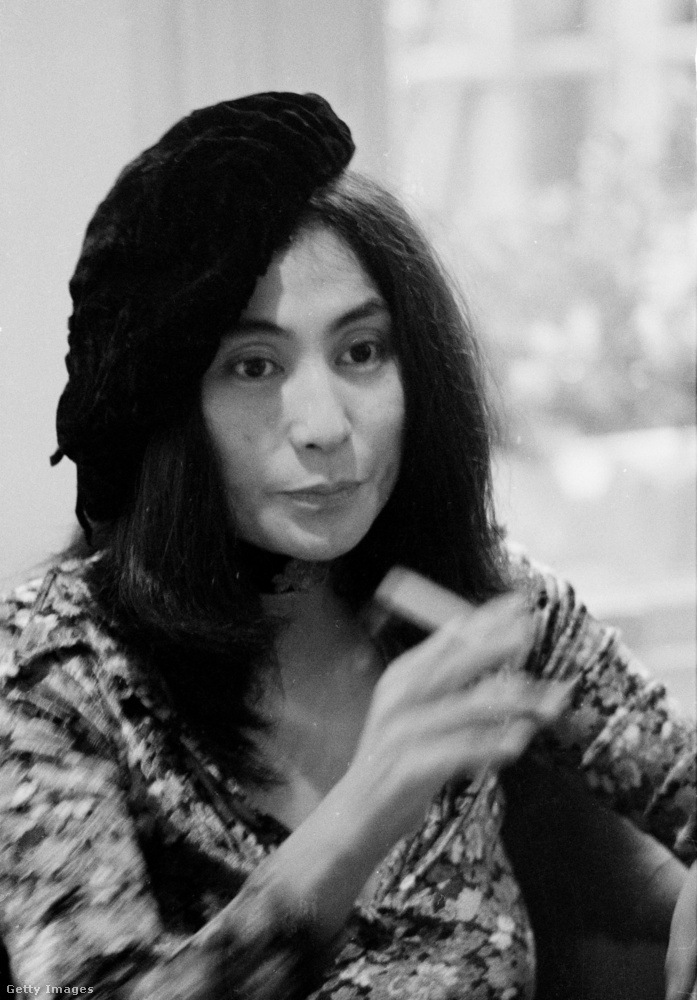 Yoko Ono oldalra billentett sapkában 1971-ben.