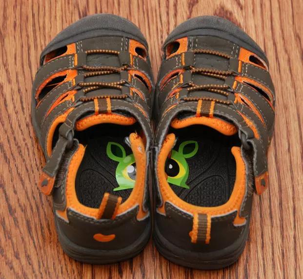 Egy matrica félbevágva és a két cipőbe ragasztva segíthet megtanítani a gyereket egyre önállóbban felvenni a cipőjét.
