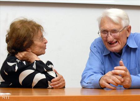 Heller Ágnes filozófus és Jürgen Habermas német filozófus, szociológus beszélget a Pécsi Tudományegyetemen, ahol Jürgen Habermas filozófiája címmel nemzetközi konferenciát rendeztek 2009. május 18-án.  (Fotó: Kálmándy Ferenc)